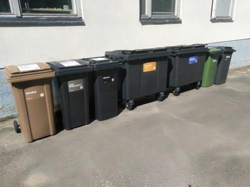 jätteiden lajittelu: bio, lasi, metalli, muovi, paperi, kartonki